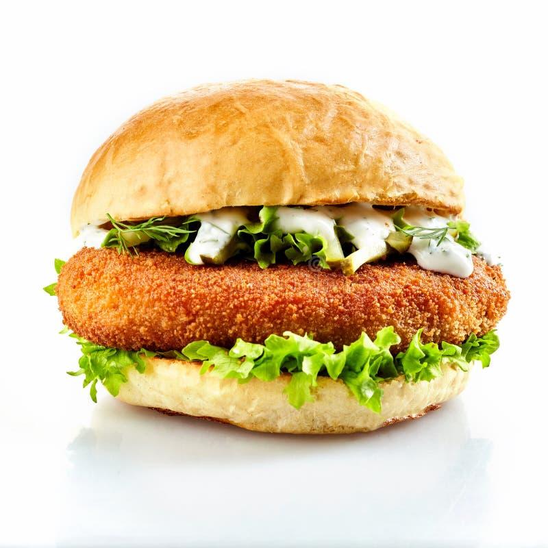 Panierter Hühnerburger mit frischem Salat stockfotografie