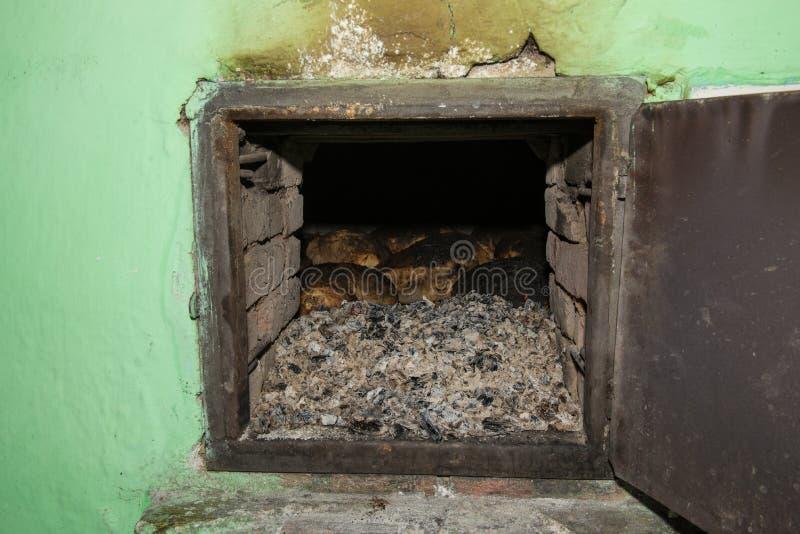 Panificação do vintage no forno do tijolo imagem de stock royalty free
