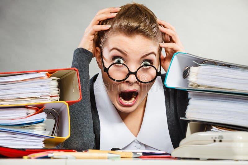 Panikująca sekretarka przy biurkiem zdjęcie stock