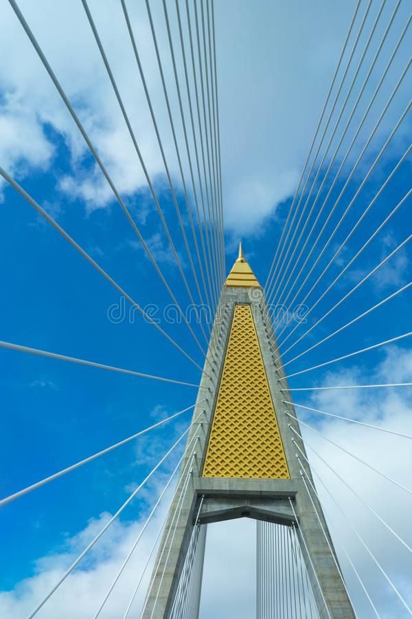 paning由蓝天决定的吊桥柱子和吊索, Ba 免版税库存图片