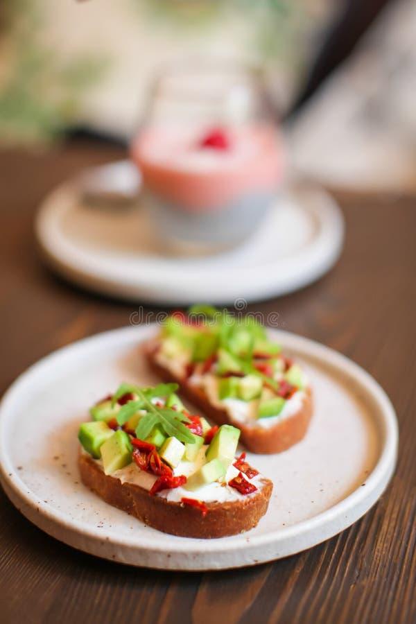 Panini appeni preparato con l'avocado, il pane di segale, i pomodori, il concetto di alimento sano, la nutrizione e gli acidi gra immagine stock