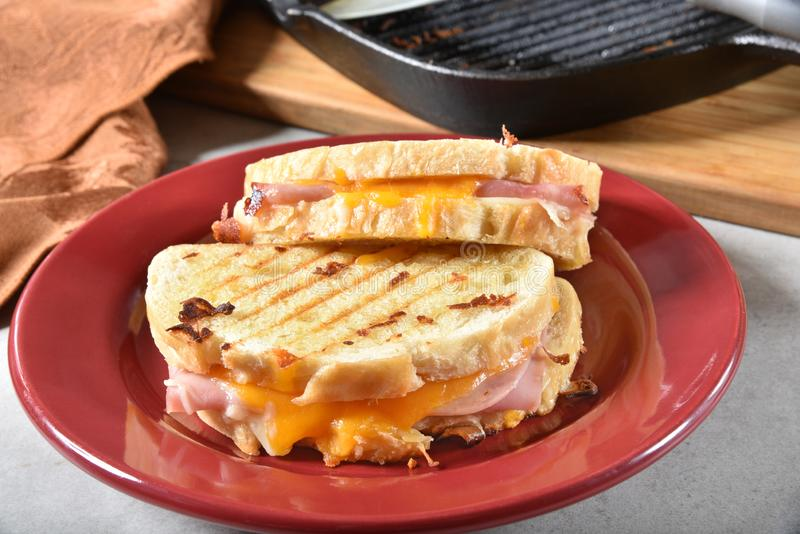 Panini arrostiti del formaggio e del prosciutto fotografie stock libere da diritti