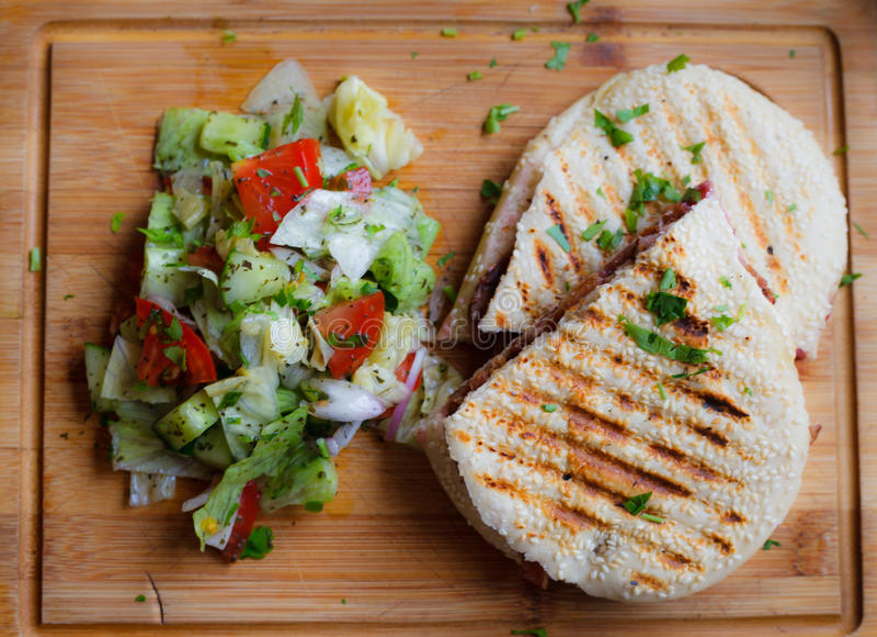 Panini avec de la salade latérale image libre de droits