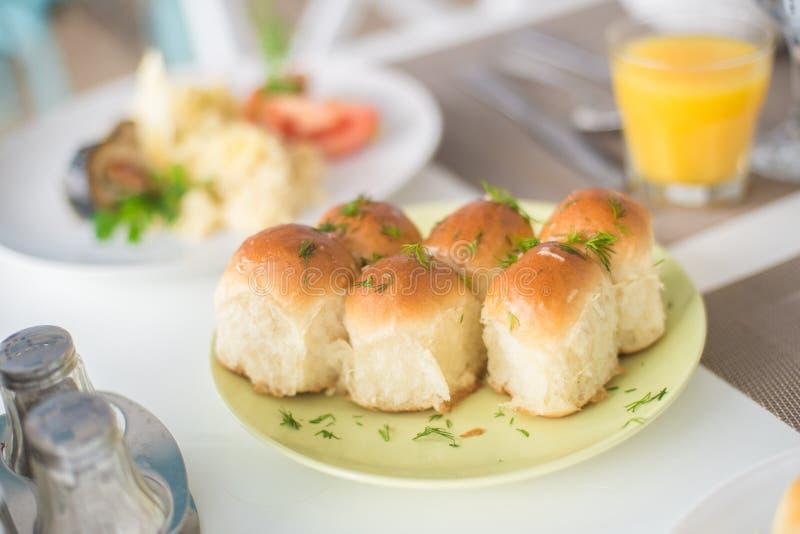 Panini casalinghi fertili con aglio ed aneto fotografie stock libere da diritti