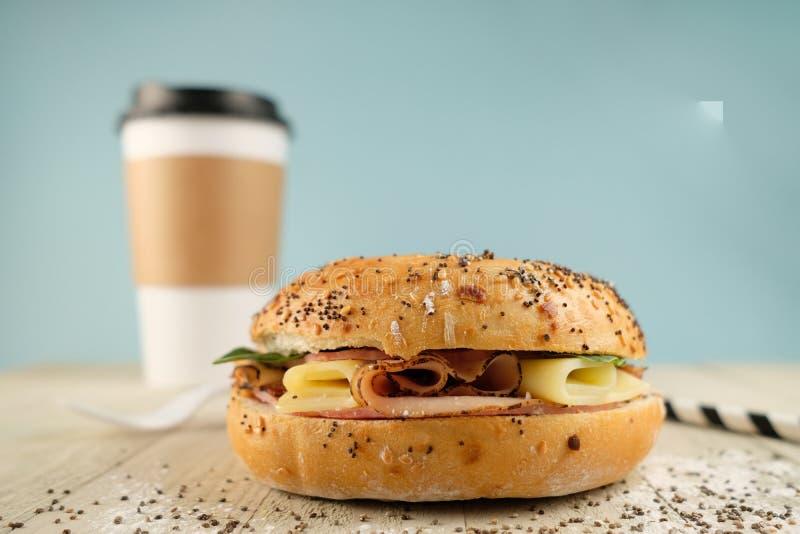 Panini classici deliziosi del blt con il prosciutto, formaggio, bacon, pomodori Prima colazione e pasto rapido su blu-chiaro immagine stock