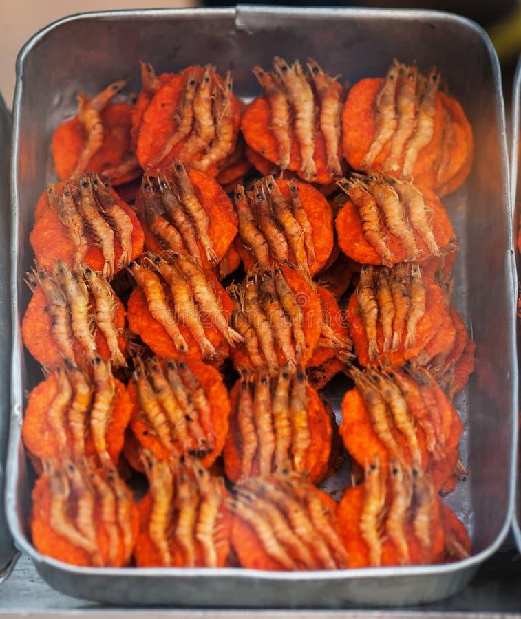 Panini con i gamberetti in via snackbar fotografia stock