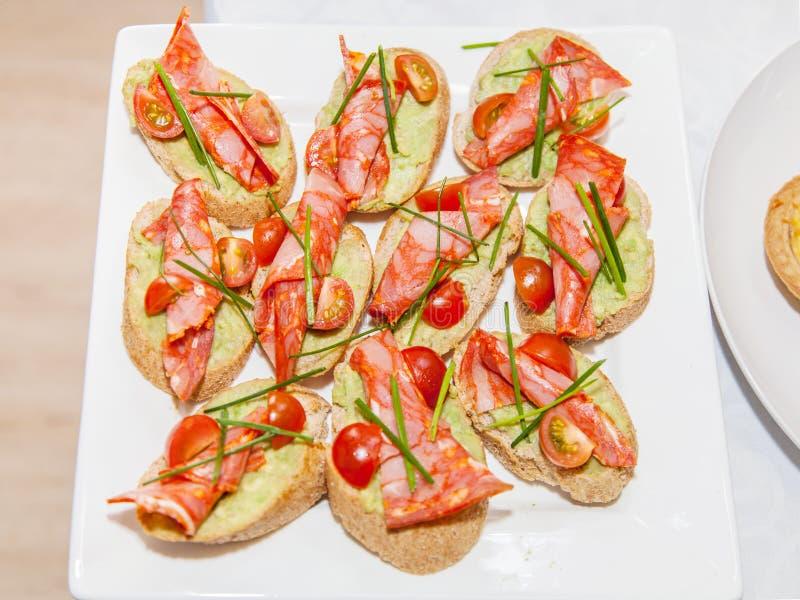 Panini con il prosciutto ed i pomodori immagine stock libera da diritti