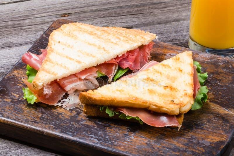 Panini con jamon, lattuga e pane tostato fotografie stock libere da diritti