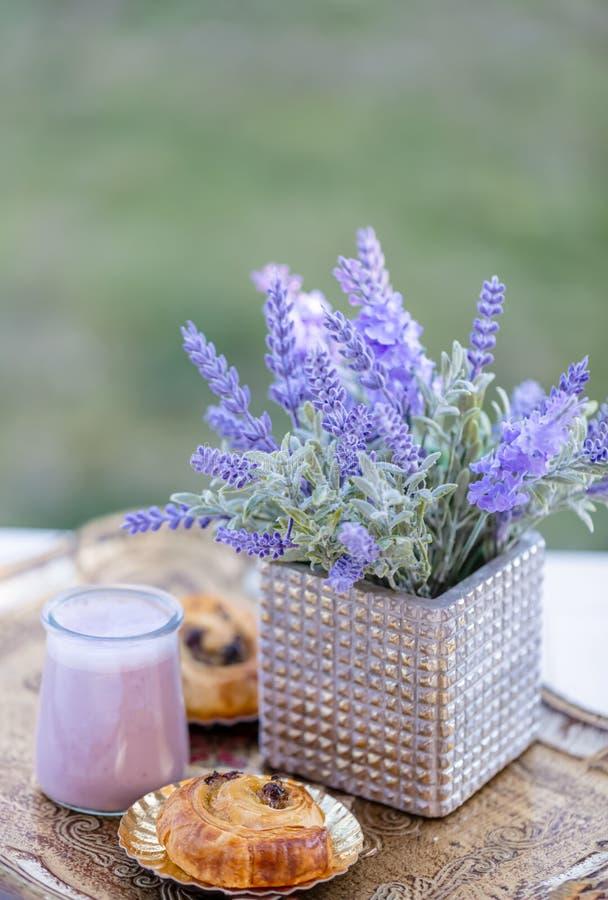 Panini con l'uva passa ed il yogurt di mirtillo in barattoli di vetro summertime Mazzo della lavanda dei fiori immagini stock libere da diritti