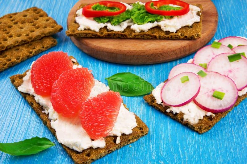 Panini con la ricotta, la frutta e le verdure fotografia stock libera da diritti