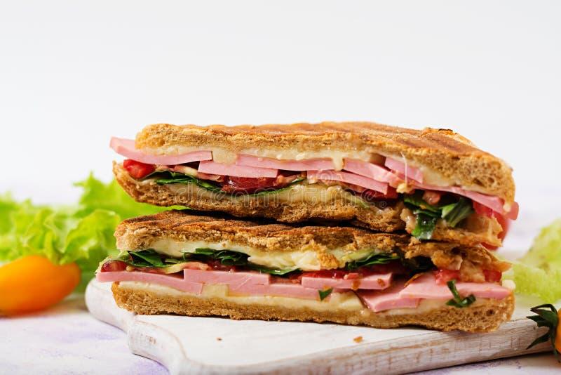 Panini de sandwich à club avec du jambon, tomate, fromage photo libre de droits