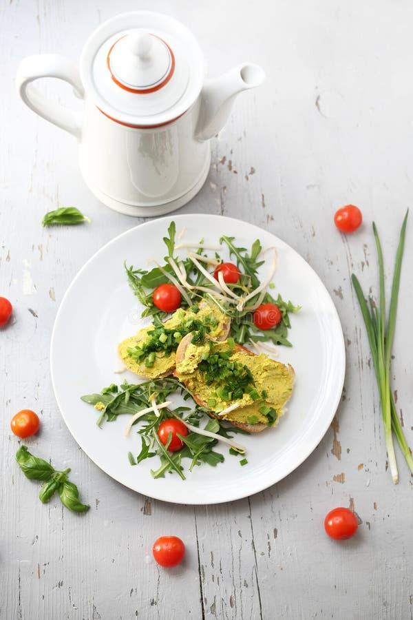 Panini della prima colazione con la pasta dell'uovo con la erba cipollina fotografie stock libere da diritti