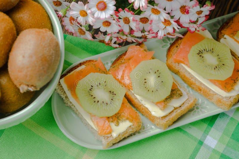 Panini della prima colazione di mattina con il pesce rosso fotografia stock