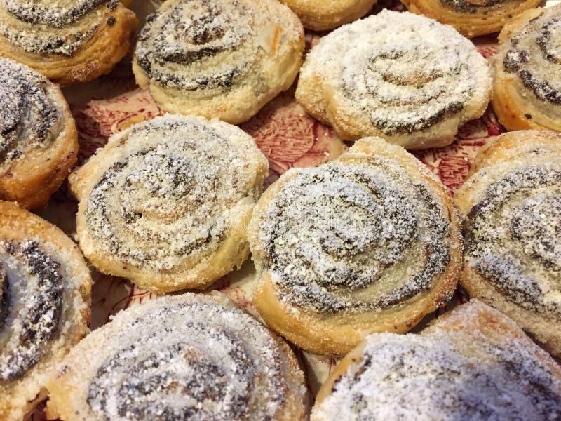 Panini di cannella spruzzati con zucchero in polvere fotografie stock