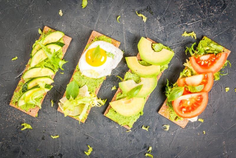 Panini di dieta con guacamole e gli ortaggi freschi fotografia stock