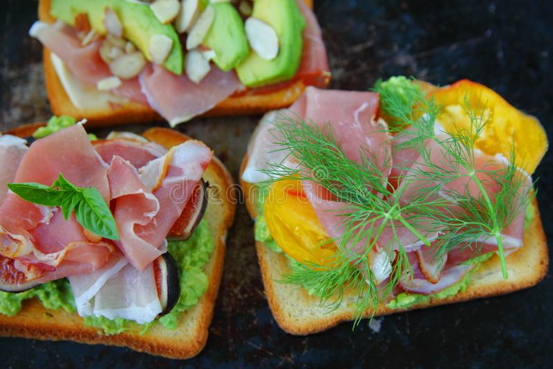 Panini di prosciutto di Parma con i fichi e l'avocado fotografia stock