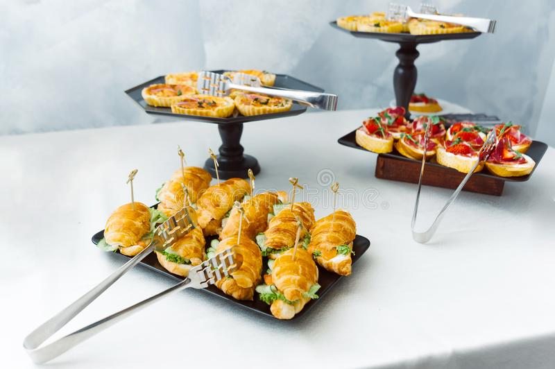 Panini di Veg e cackes dolci alla tavola bianca Concetto di approvvigionamento fotografia stock libera da diritti
