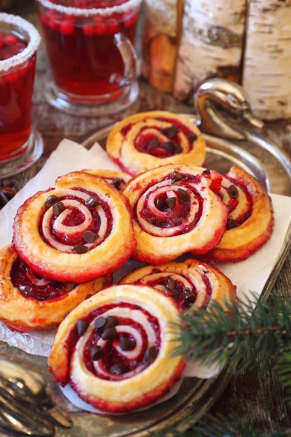 Panini dolci del rotolo del mirtillo rosso con le gocce di cioccolato e la bevanda di frutta del mirtillo rosso immagini stock libere da diritti
