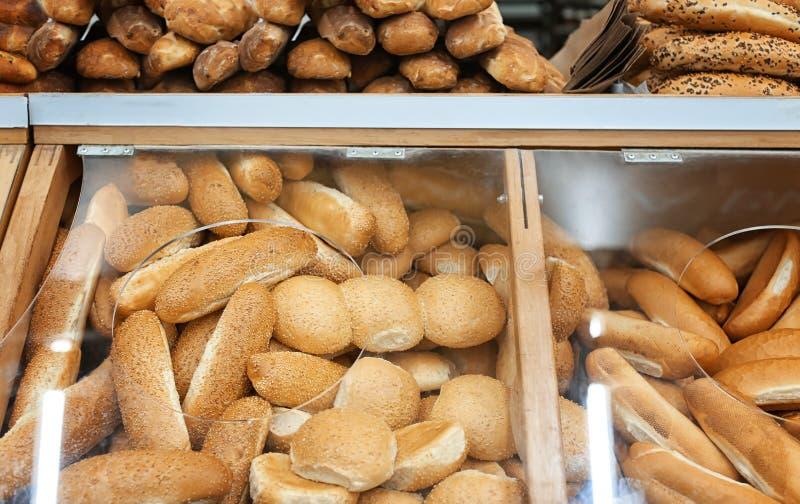 Panini e pane freschi saporiti in forno fotografia stock libera da diritti