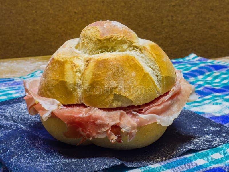 Panini met de ham van Parma stock afbeelding