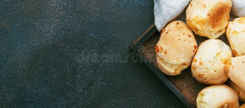Panini saporiti casalinghi appetitosi del formaggio sul fondo marrone del tavolo da cucina, vista superiore Posto per testo fotografia stock