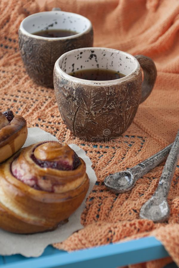Panini saporiti con inceppamento e due tazze di tè su un backgro di legno blu fotografie stock libere da diritti