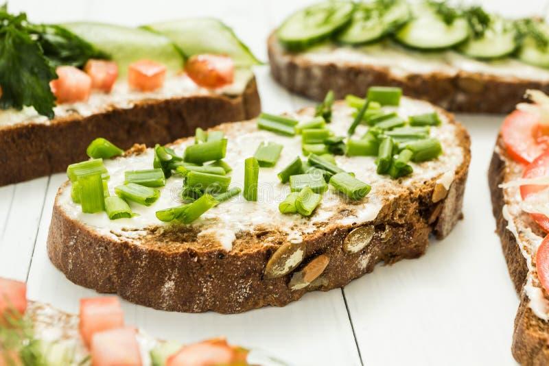 Panini vegetariani dell'aperitivo su una tavola bianca fotografie stock libere da diritti