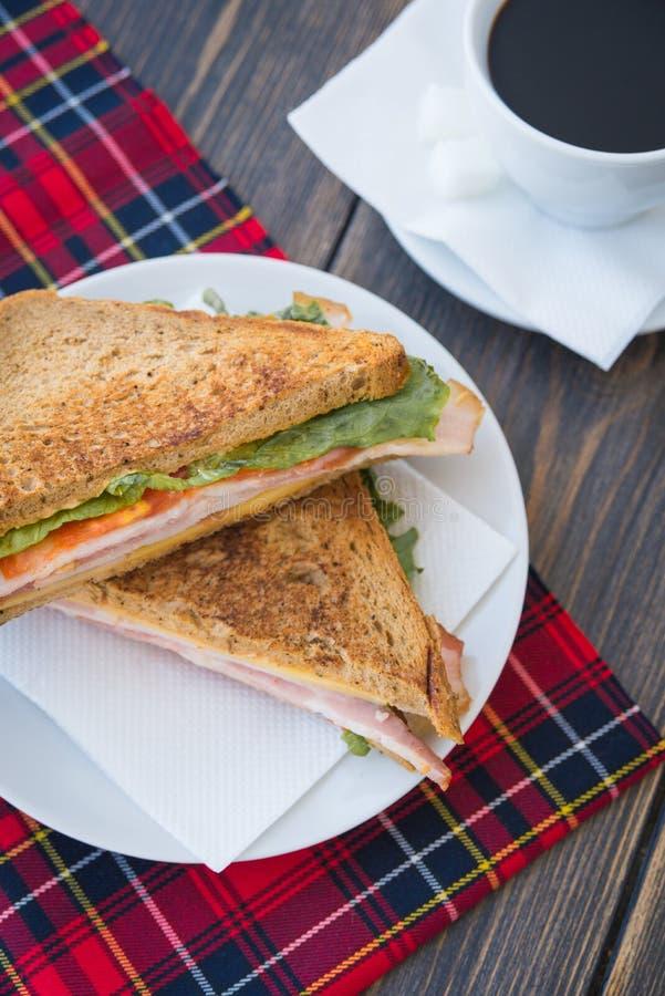 Paninisandwiches met ham en een kop van espresso royalty-vrije stock afbeeldingen
