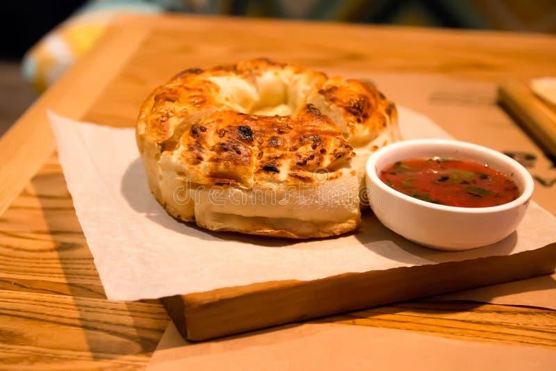 Panino appetitoso delizioso, sulla tavola con salsa fotografia stock