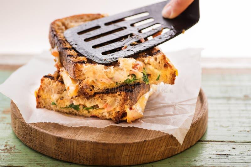 Panino artigianale fatto con formaggio, bacon ed insalata fresca fotografie stock libere da diritti