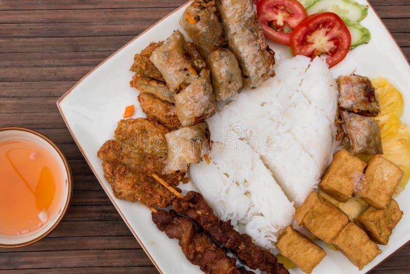 Panino Cha, alimento vietnamita tradizionale Rotoli di primavera con il tofu, il riso, la bistecca della carne di maiale, l'insal fotografie stock libere da diritti