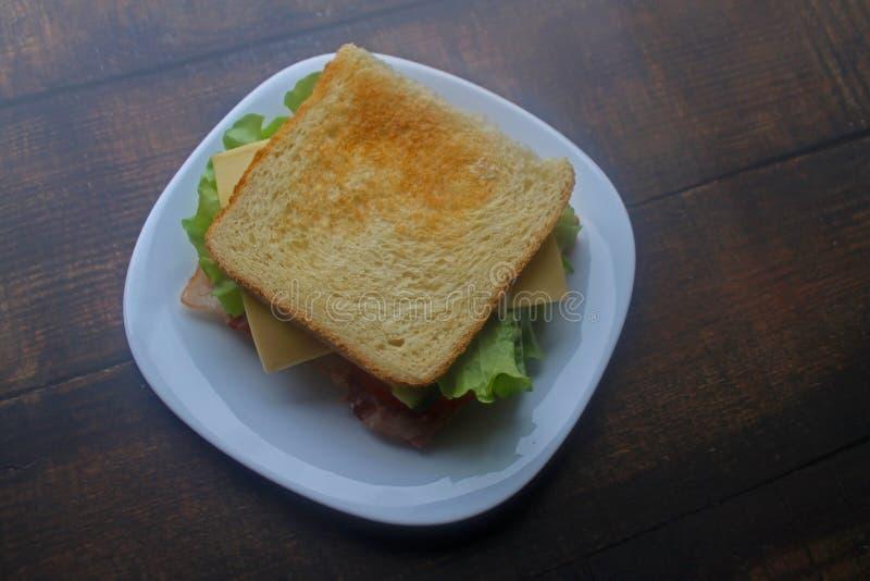 Panino con bacon, formaggio e gli ortaggi freschi fotografia stock