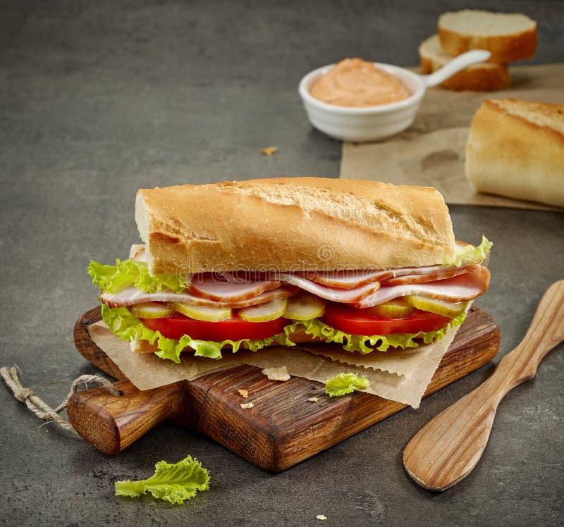 Panino con carne e le verdure affumicate fotografia stock