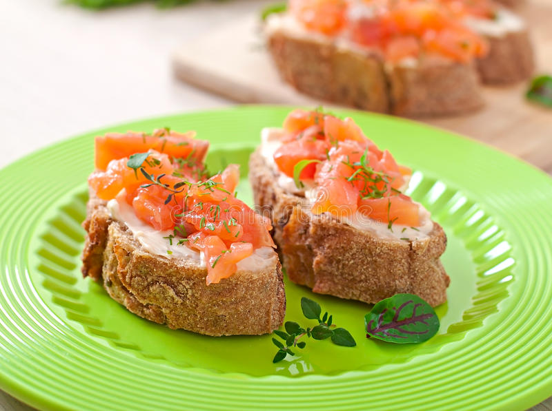 Panino con formaggio di color salmone e cremoso salato fotografia stock libera da diritti