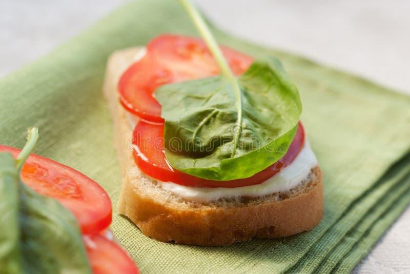 Panino con il pomodoro e gli spinaci fotografia stock libera da diritti