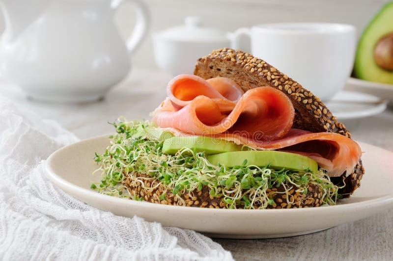 Panino con il prosciutto e l'avocado fotografie stock libere da diritti