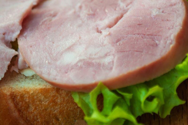 Panino con il prosciutto e l'insalata verde fotografia stock libera da diritti