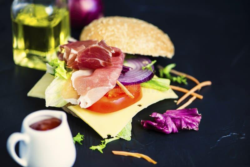 Panino con il prosciutto ed il formaggio, verdure immagine stock libera da diritti
