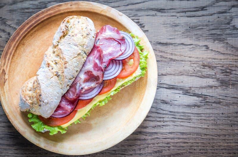 Panino con il prosciutto, il formaggio e gli ortaggi freschi fotografia stock