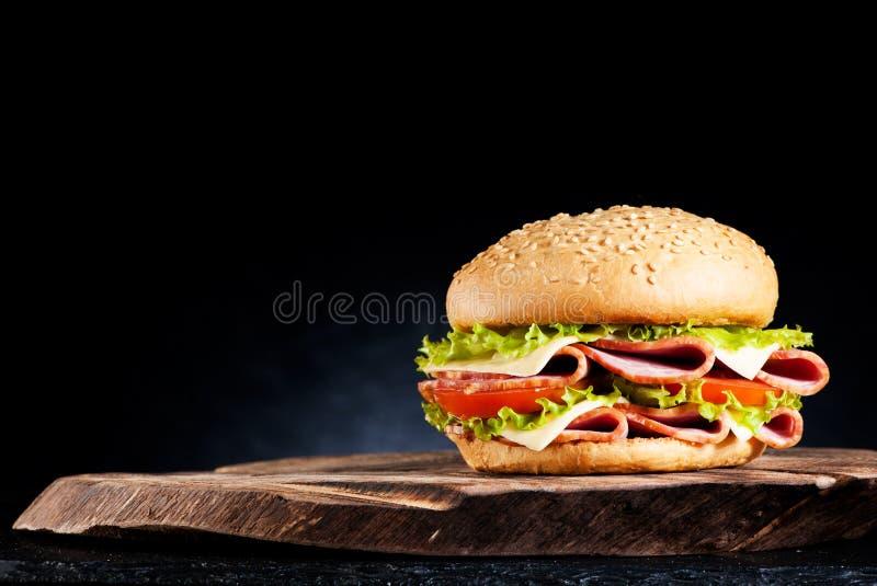 Panino con il prosciutto, il formaggio e le verdure fotografia stock