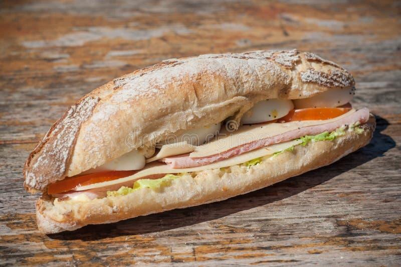 Panino con il prosciutto, il formaggio e le verdure fotografia stock libera da diritti