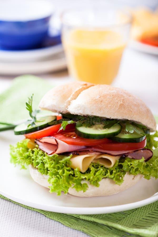 Panino con la verdura fresca, il prosciutto ed il formaggio fotografie stock libere da diritti