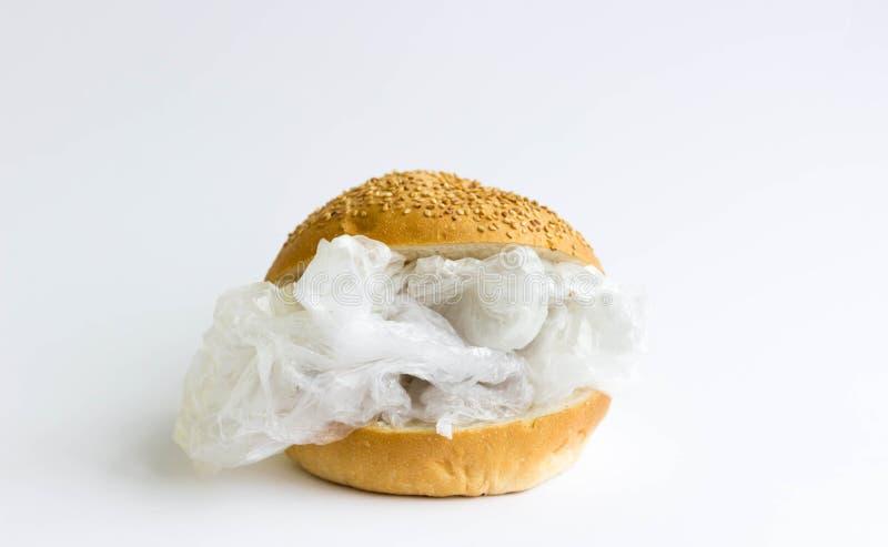 Panino con polietilene e plastica invece delle verdure e della carne Il problema di inquinamento del pianeta con plastica ecologi fotografie stock libere da diritti