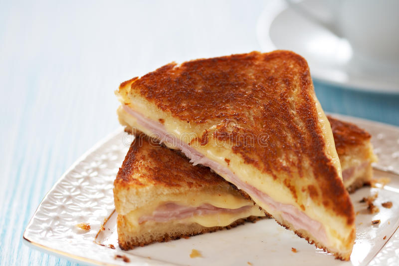 Panino cotto del formaggio con il prosciutto fotografie stock