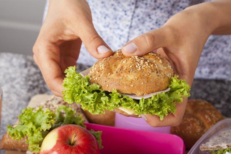 Panino croccante fresco per una scatola di pranzo fotografie stock libere da diritti