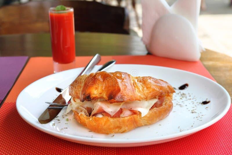 Panino del croissant con il prosciutto, il cheddar e le uova di Parma fotografia stock