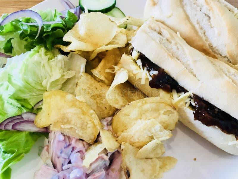 Panino del formaggio con insalata e le patatine fritte fotografia stock libera da diritti