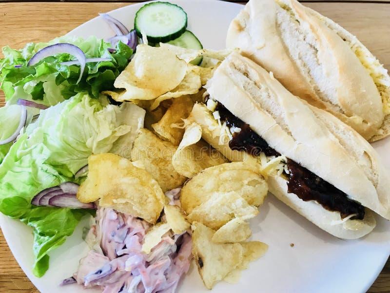 Panino del formaggio con insalata e le patatine fritte fotografie stock libere da diritti