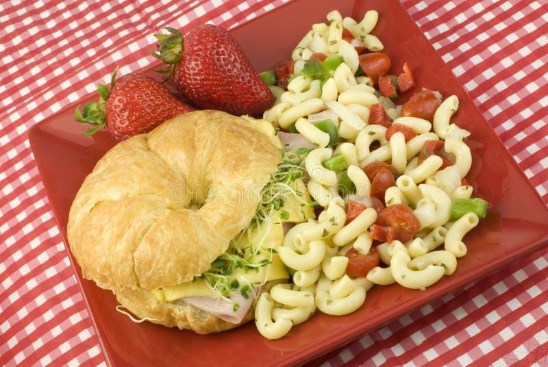 Panino del formaggio e del prosciutto con l'insalata di maccheroni immagine stock