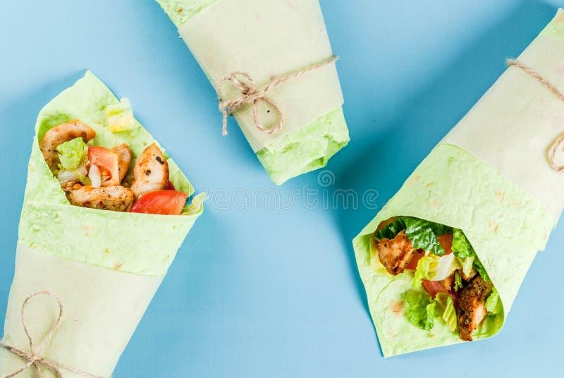 Panino dell'involucro con le tortiglii verdi fotografie stock